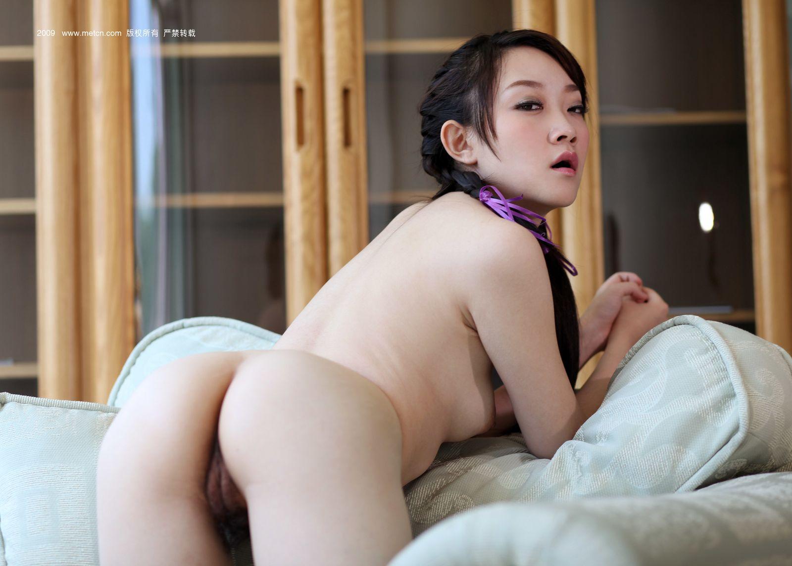 Китайская красоточка Йу Ви голая в кресле