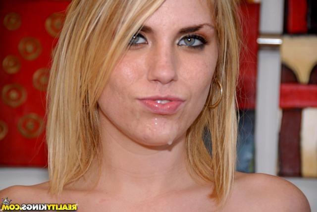 Блондинку трахают большим хуем без презерватива