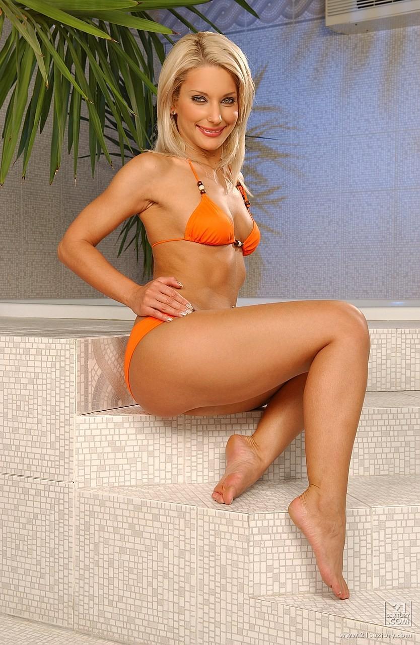 Щуплая златовласка Sendy Silver снимает свое оранжевое бикини и теребонькает
