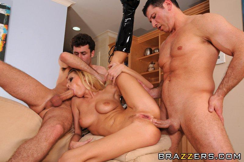 Титястая сучка-блондинка на черных каблуках Riley Evans спаривается с Двумя