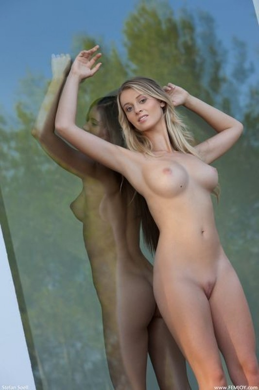 Две чувихи снимаются друг перед другом за стеклом