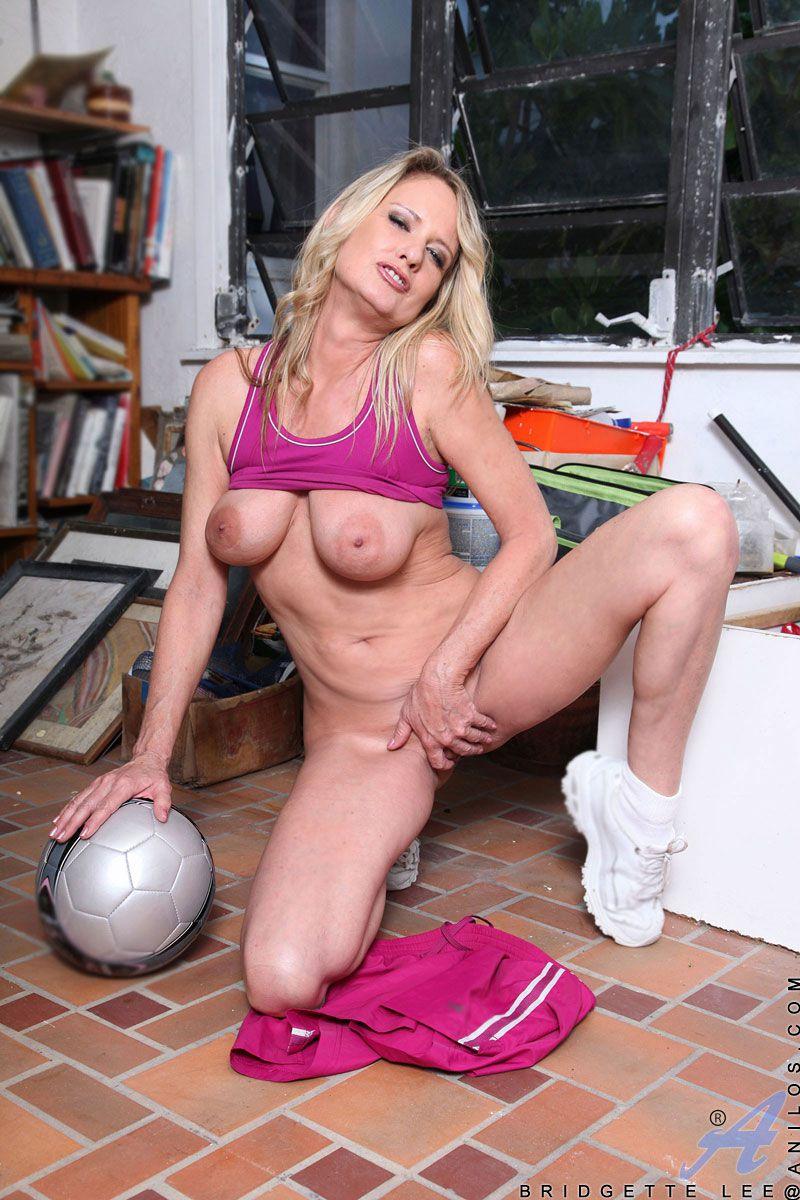 Стройная зрелая блондиночка Bridgett Lee забавляется с мячом и стаскивает трусы