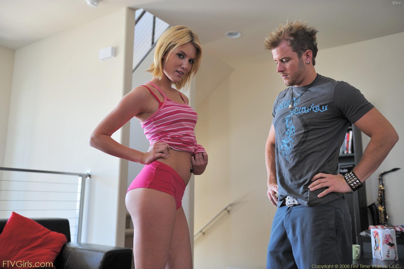 Блондинка-подросток Riley Ray фоткается в нереально коротком розовом платье и соблазняет парня