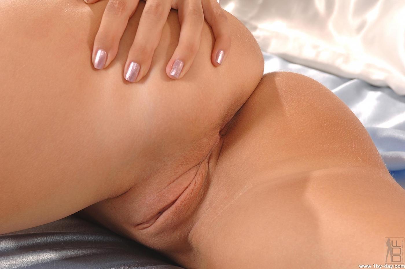 Блондинка Cindy White фотографируется голой в спальне