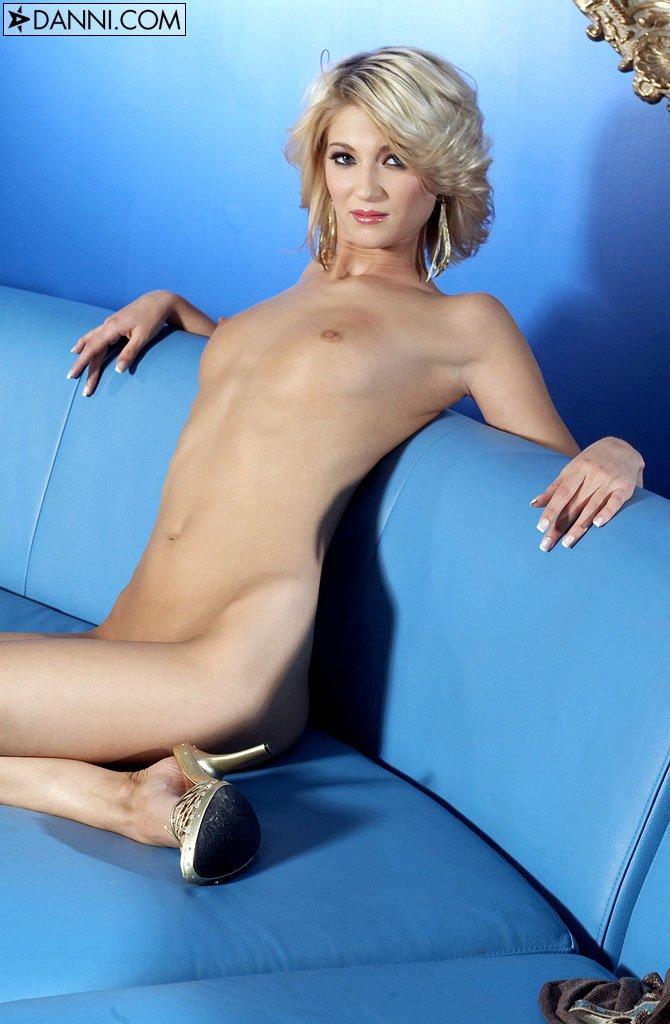 Полностью обнаженная подтянутая блондинка Nevaeh показывает свою розовую киску на синем софе