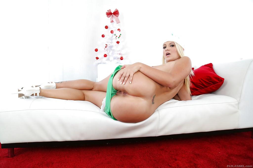 Возбужденная Снегурочка Layla Rice бахвалится задницей