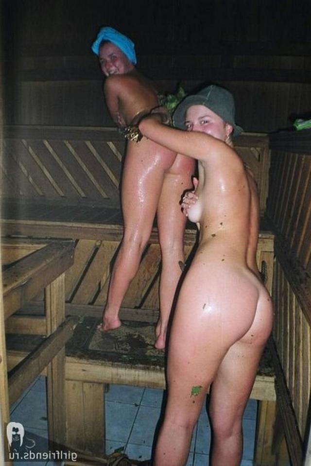 Голые стройняшки расслабляются в бане