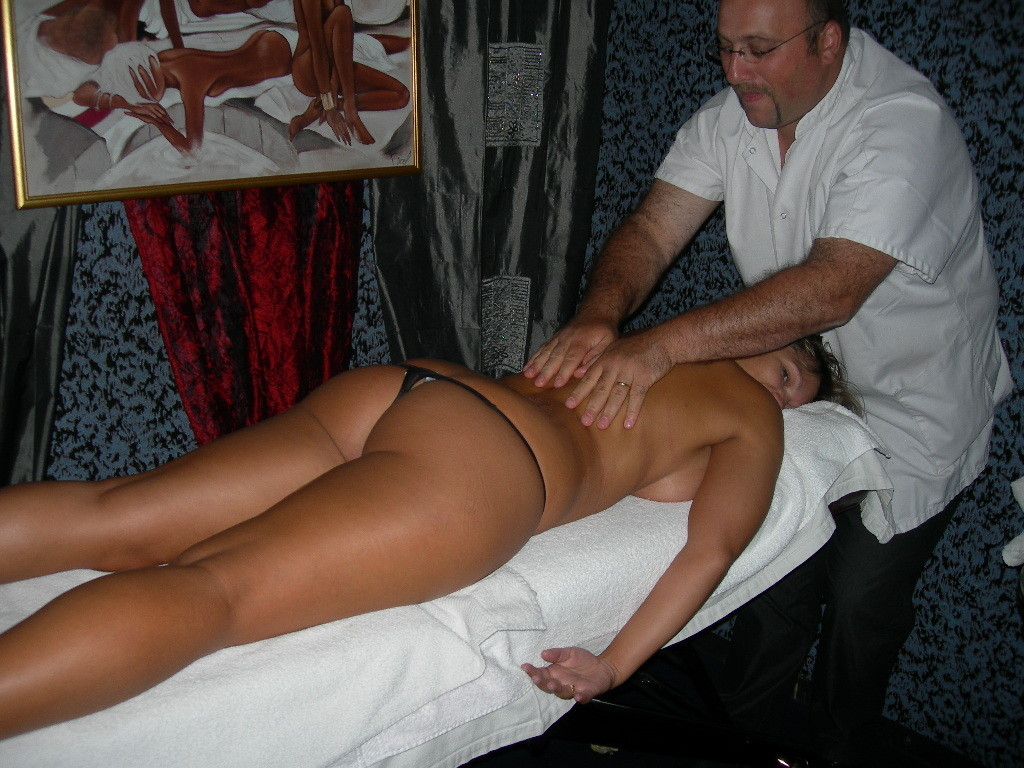 Представительница слабого пола расслабленно лежит на массаже