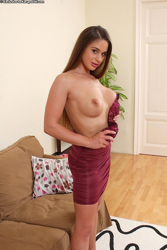 Длинноволосая и титястая милашка-европейка Cathy Heaven полностью снимает лифчик и раздвигает половые губки