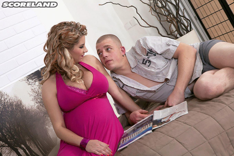 Красивая беременная проститутка искушает мужчину и он с кайфом жарит ею в киску