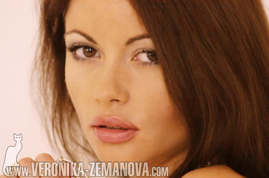 Вероника Земанова в полосатых чулках