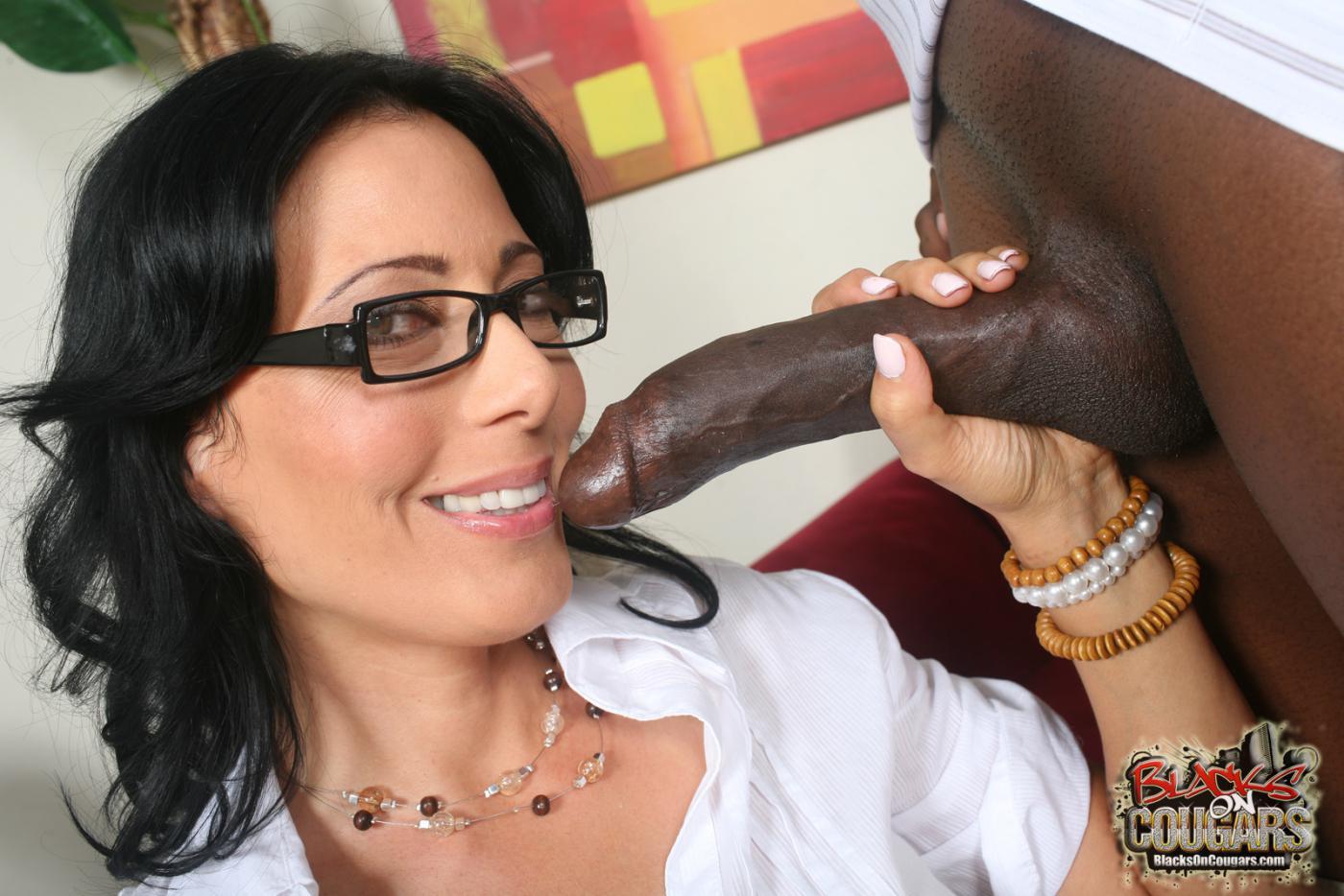 Пышногрудая начальница Zoey Holloway отдается своему черному ассистенту