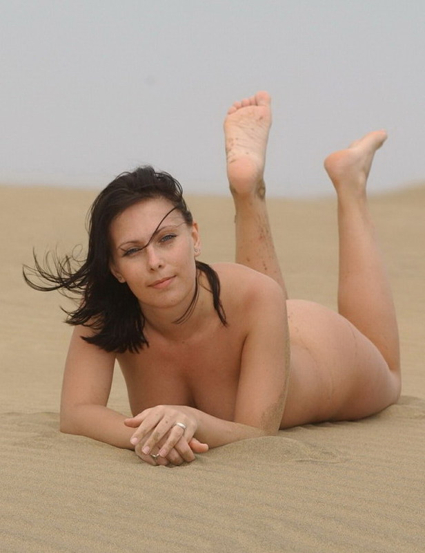 Стройная курортница отдыхает на пляже без трусов
