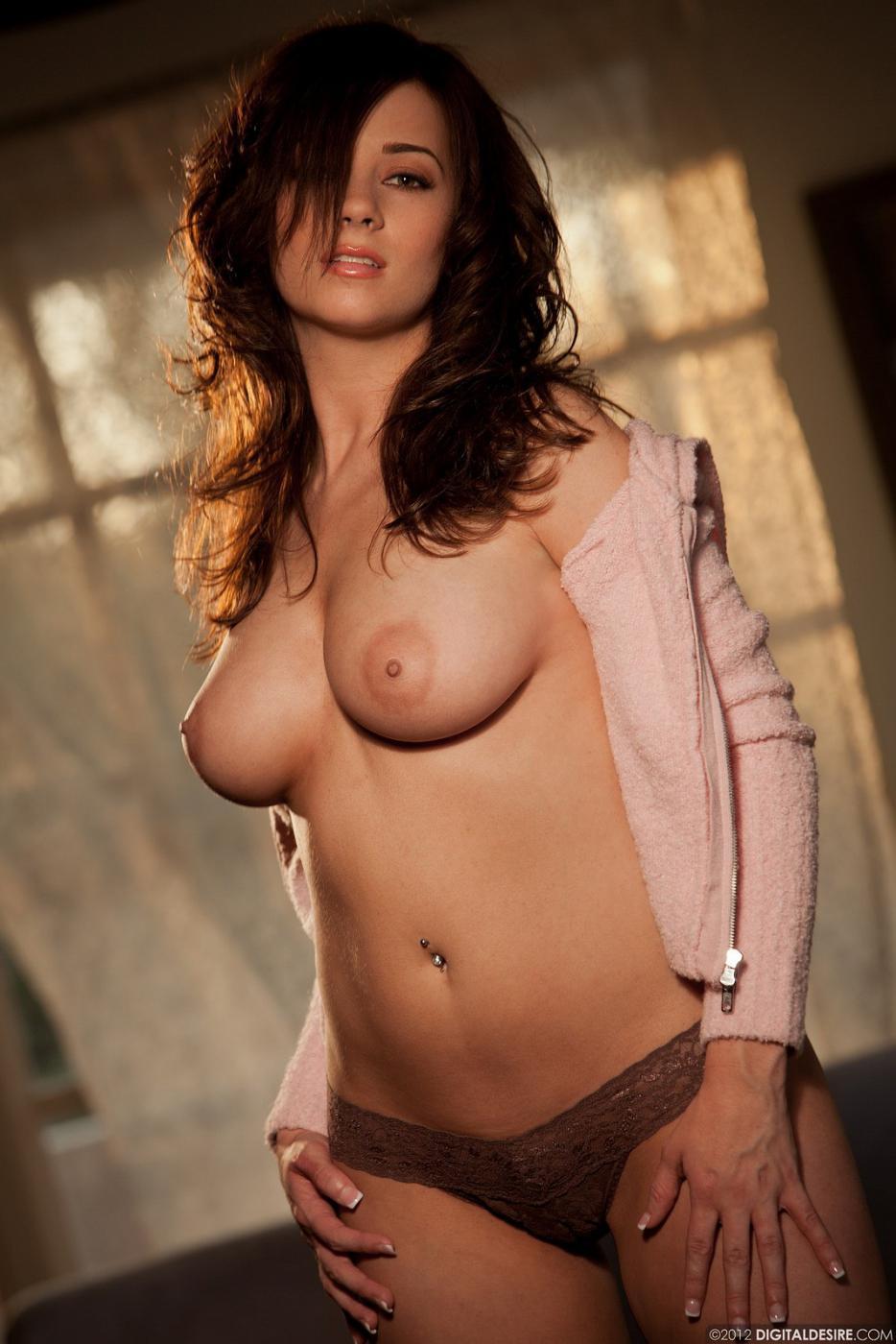 Сексуальная брюнеточка Taylor Vixen в тугих бикини показала свои великолепные большие натуральные титьки