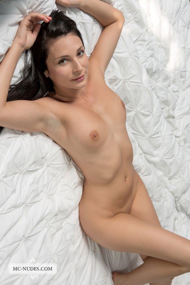 Шатенка с безупречным торсом Kat Mcnudes хвастается голой в кровати в этой эротической галерее