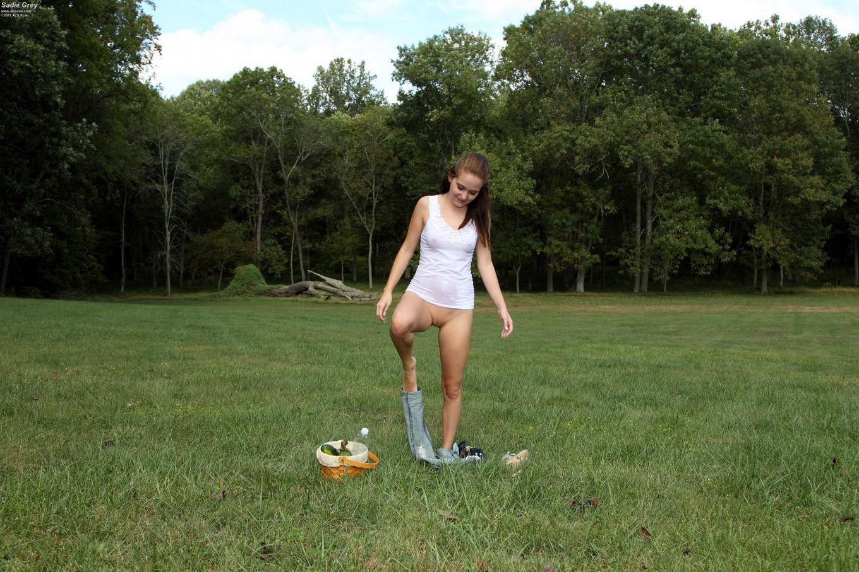 Ненасытная брюнетка-подросток Sadie Grey стягивает трусики на свежем воздухе и трогает киску кукурузой