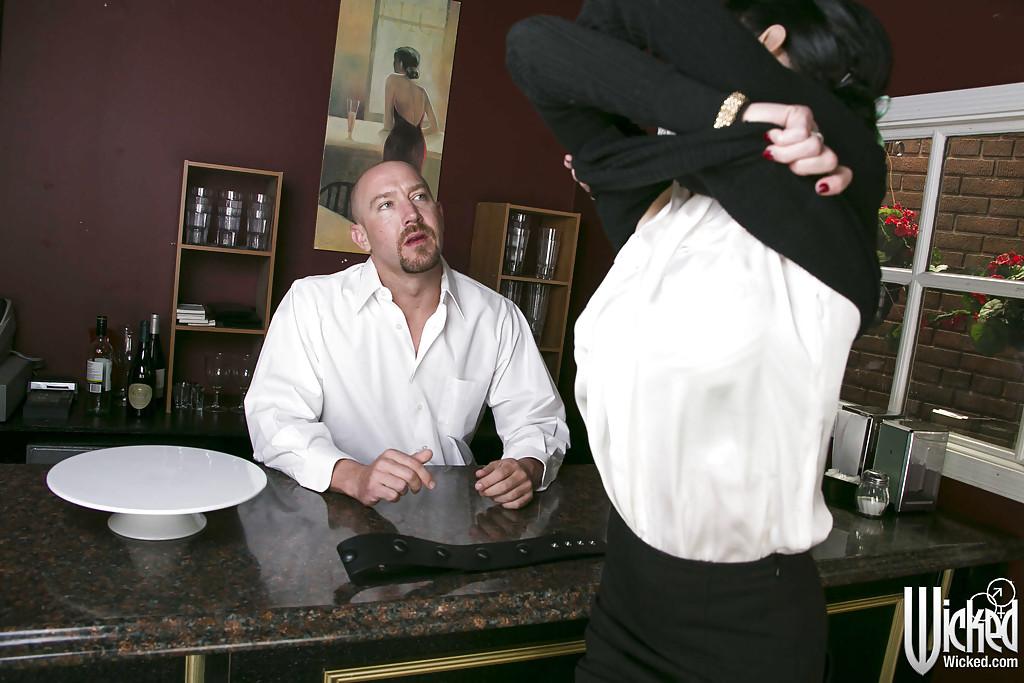 Грудастая нимфа соблазнила бармена и трахнулась с ним