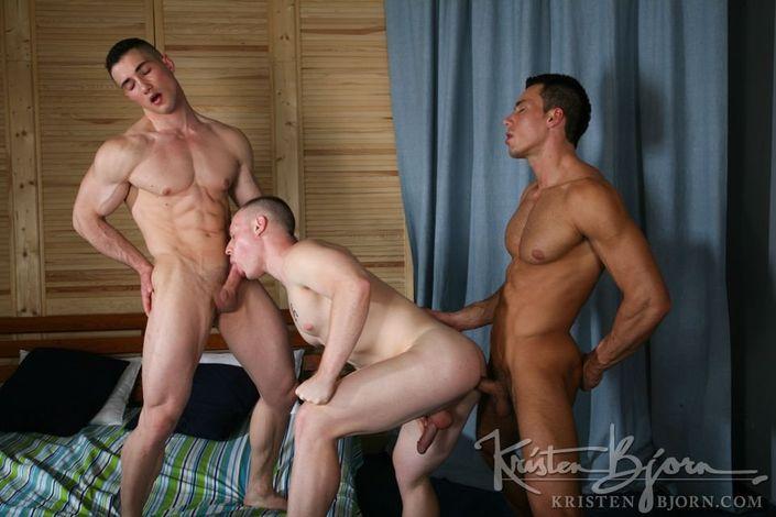 Мускулистый гей жестко всаживает крупный хер в смазанное очко дружка
