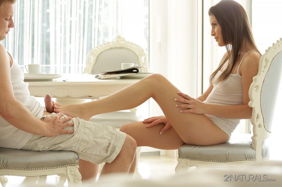 Игривая девушка-подросток Candice Luca дрочит болт своими ножками и дает ему отжарить свою вульву