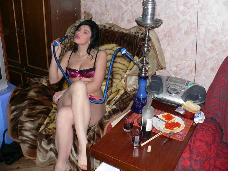 Русская брюнетка опьянела от курения кальяна и разделась в кресле