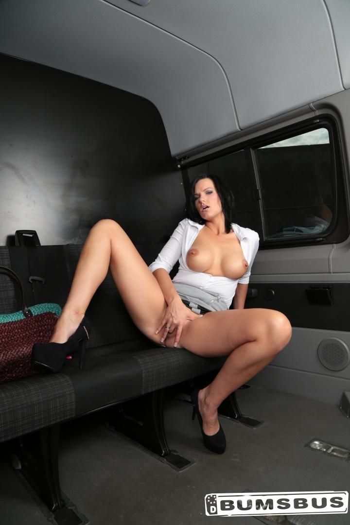 Секс с роскошной немецкой брюнеточкой в автобусе