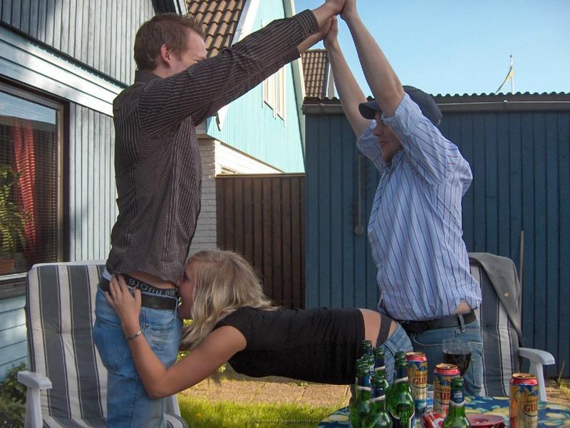 Пьяные сучки нежатся под солнцем на травке