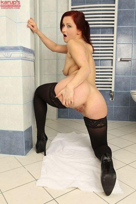 Грациозная мамаша с возбужденным пупочком с пирсингом встает раком и раздвигает ягодицы HD порно