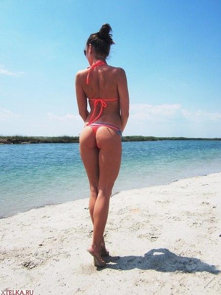 Возбуждающие девки в купальниках на пляже