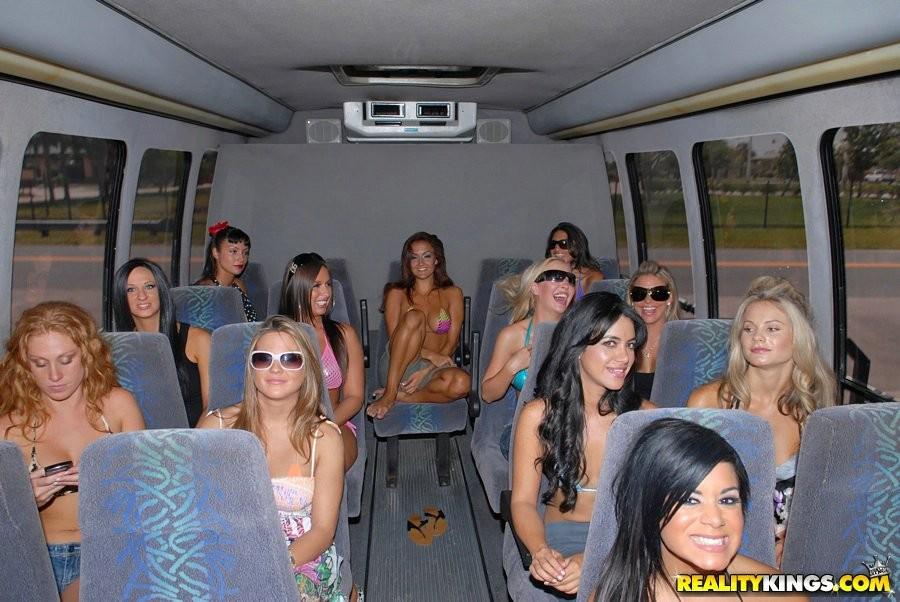 Пошлые девушки готовы на все, чтобы победить в конкурсе бикини