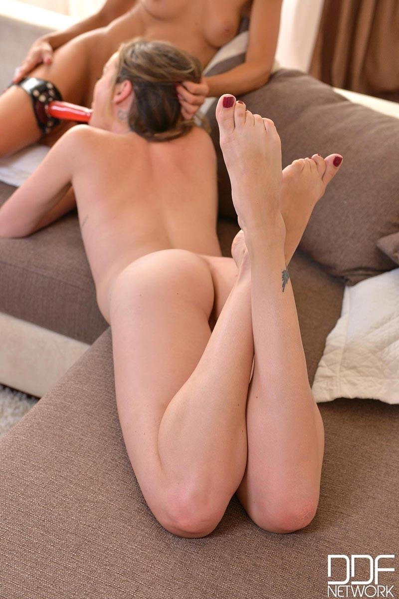 Капри Андерсон нашла подружку, которая также любит ласкать ножки, как и она сама
