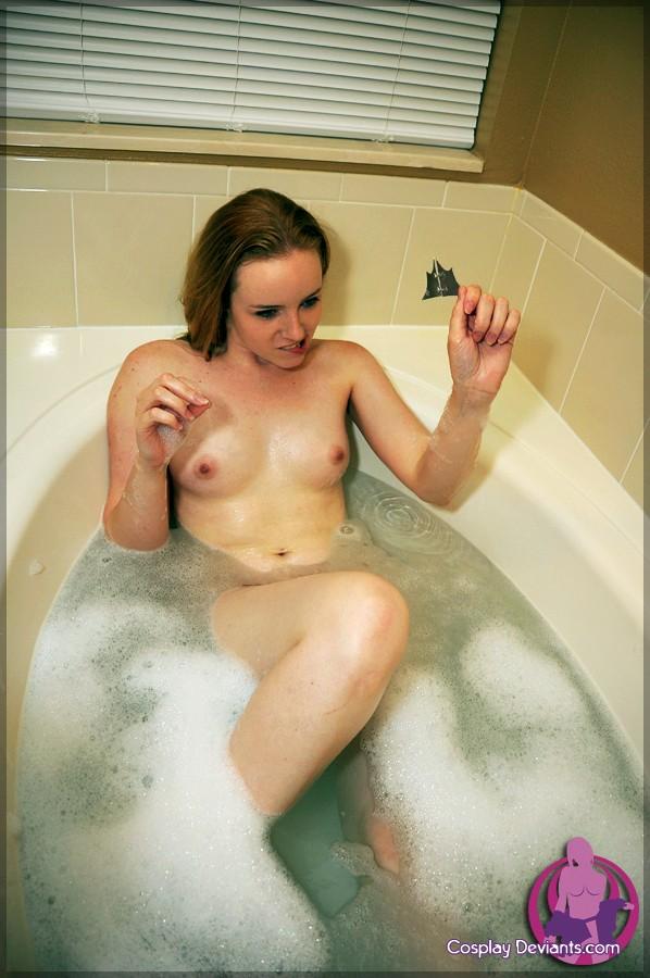 Симпатичная чика в ванной оголяет писю