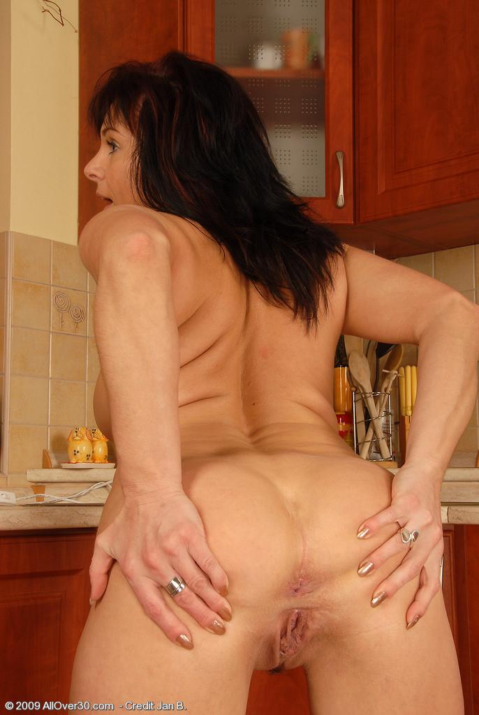 40-летняя мамка демонстрирует свою небритую и развороченную вагину