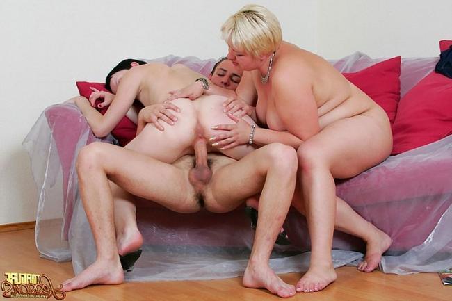 Тетка и дочь по очереди насаживаются на громадный хуй фото порно