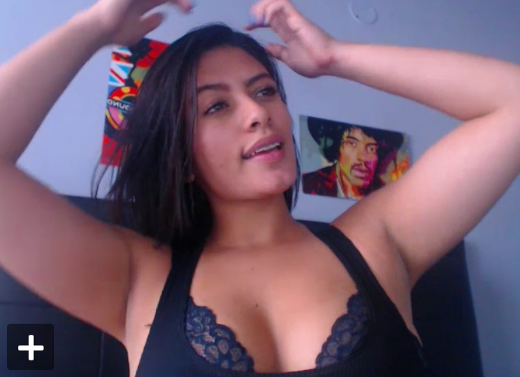 Колумбийка Лиа обнажает свою привлекательную сраку в вебчате