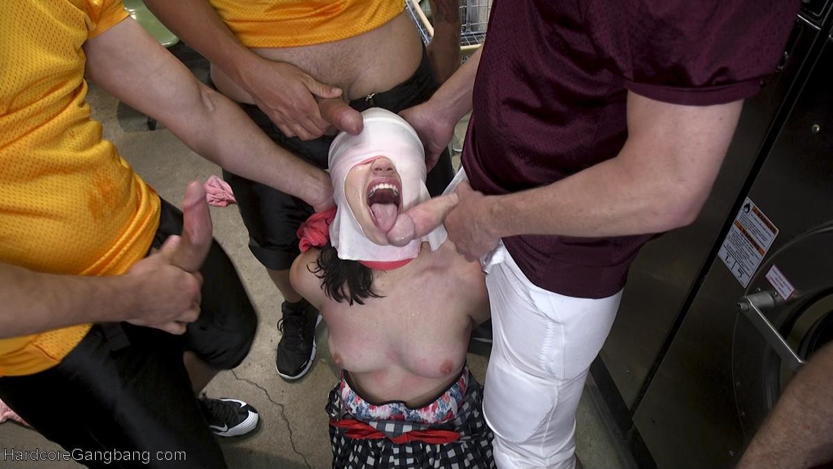 Молоденькую брюнетку выебали ухажера в прачечной содрав с нее трусики
