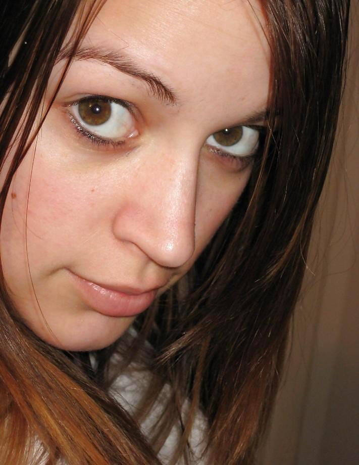 Молоденькая темненькая девушка с крутыми сиськами принимает душ