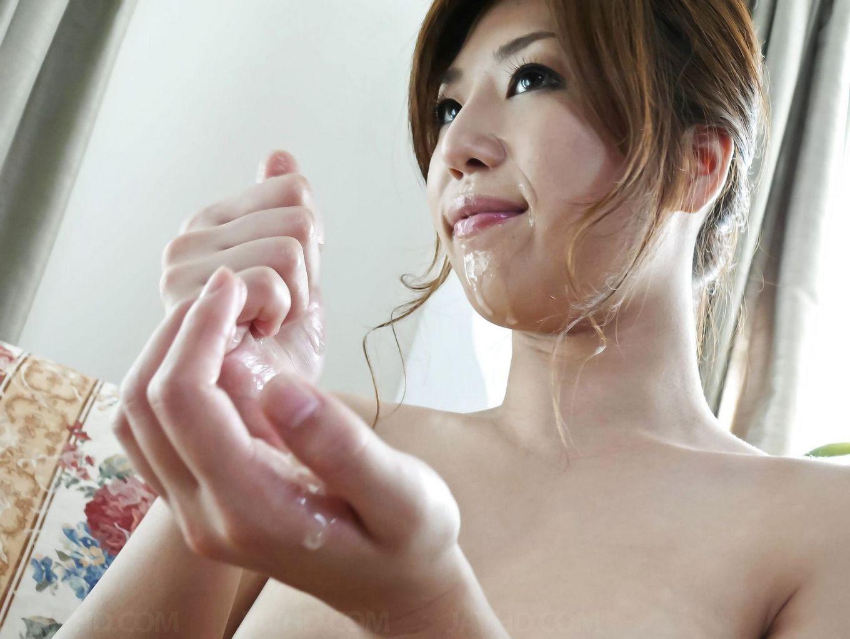 Сексуальная девушка с Японии лижет яйца и глоотает сперму