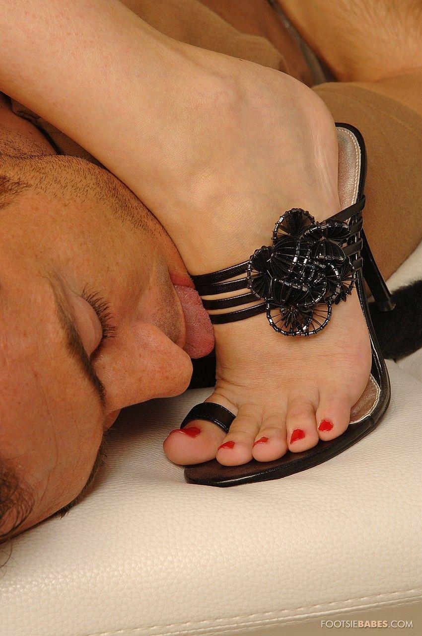 Ухоженная Cindy K сбрасывает свои каблуки после минета и занимается сексом в свою лысую дыру