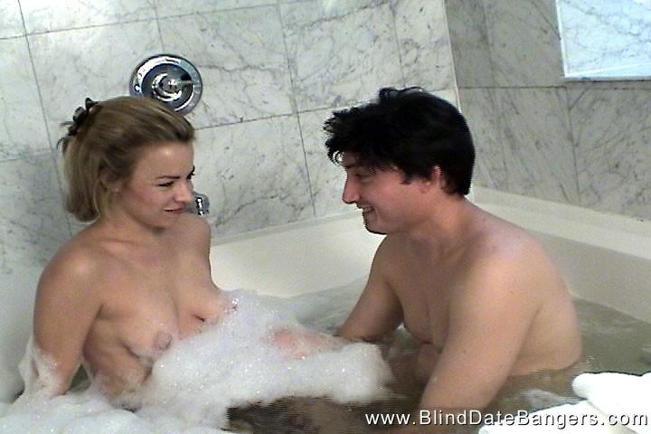 Занялась сексом с незнакомцем в ванне