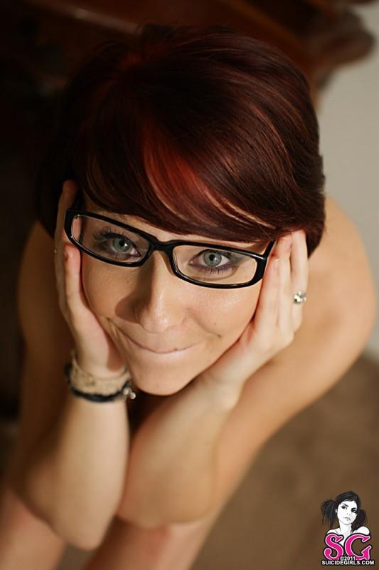 Рыженькая бестия в очках оголяет татуированное туловище