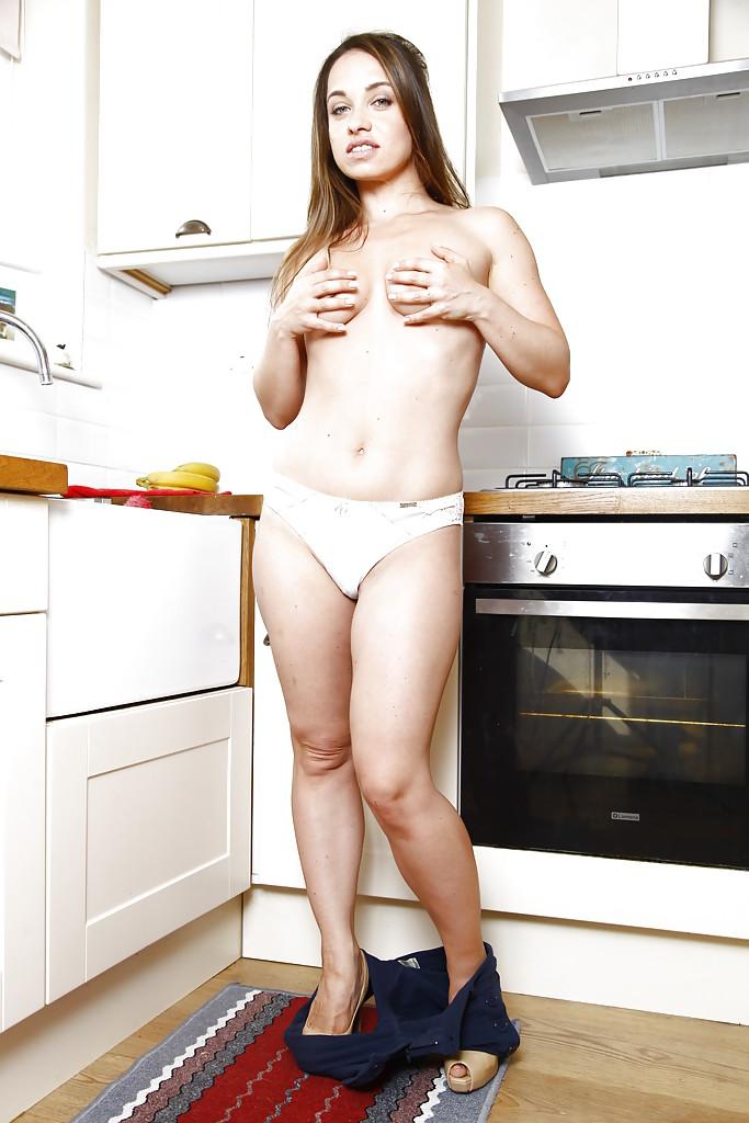 Русская милфа Olga Cabaeva с пушистой писькой раздевается на кухне