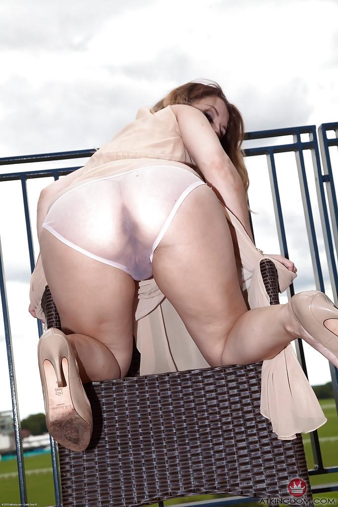 Зрелая давалка на высоких каблуках оголяет свою вагину на людях