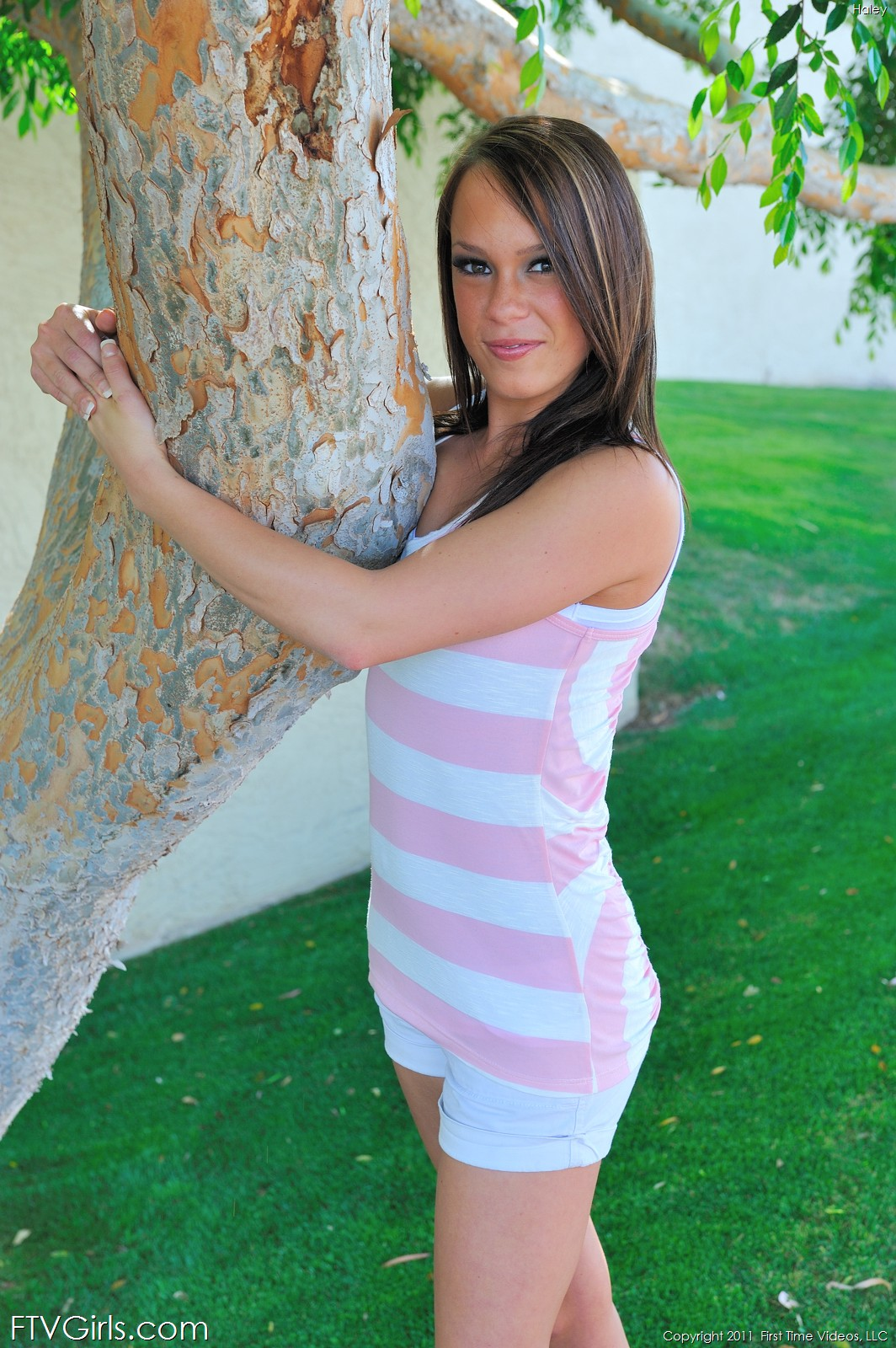 Ласковая красоточка Hayley Hanes игриво раздвигает свои булки и пизду на природе
