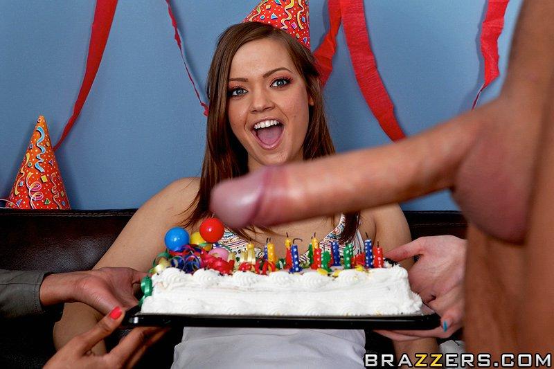 Девушка-подросток с красивыми ногами и узкой мандой Ashlynn Leigh получает толстый член на свой день рождения