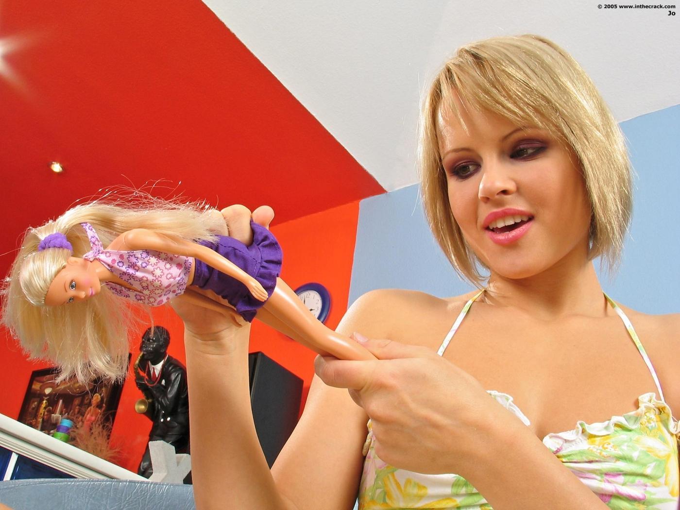 Monica Sweet показывает свою розовую растянутую пилотку и попу