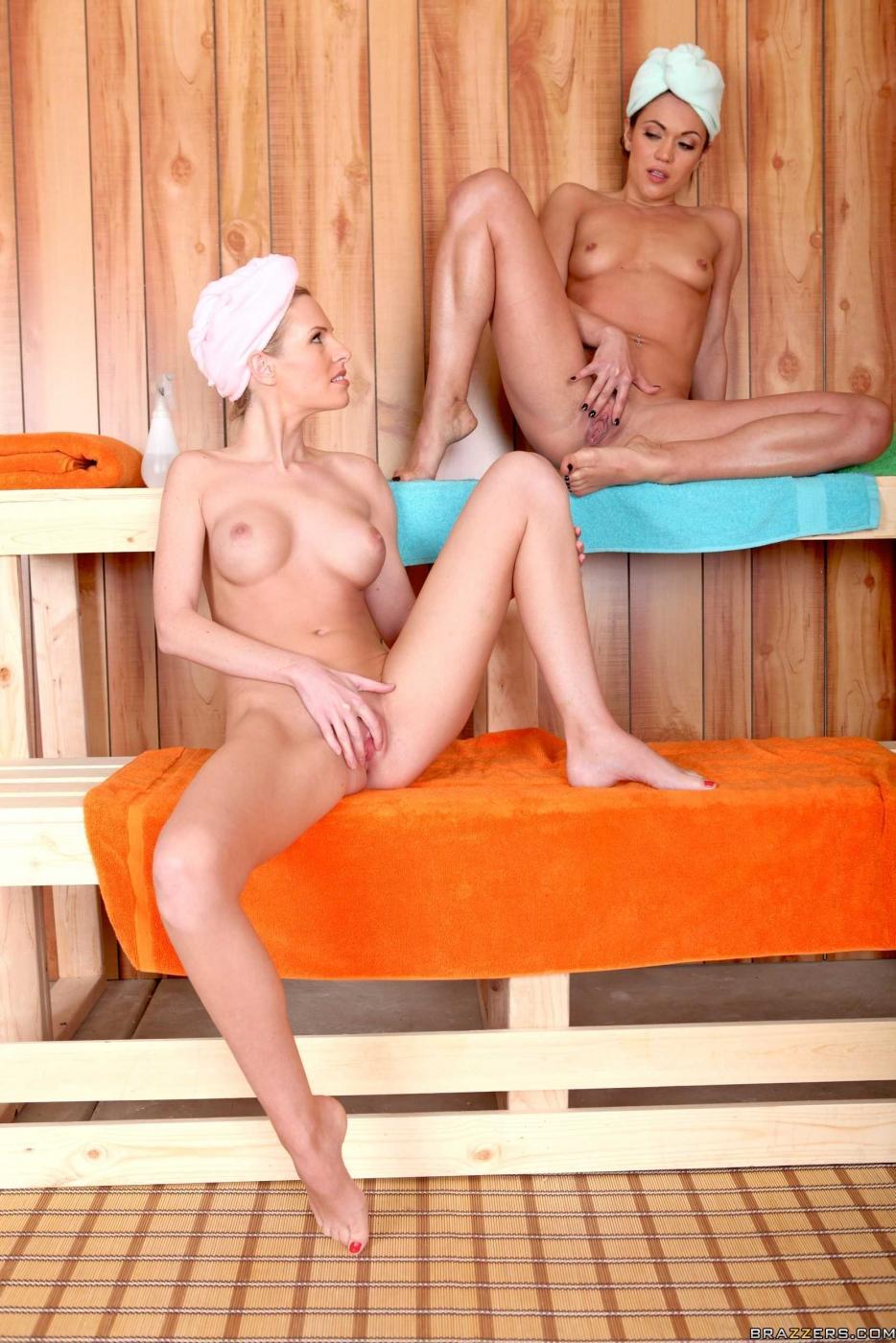 Милашки лесби Aimee Addison и Aimee Addison отлизывают друг другу в баньке