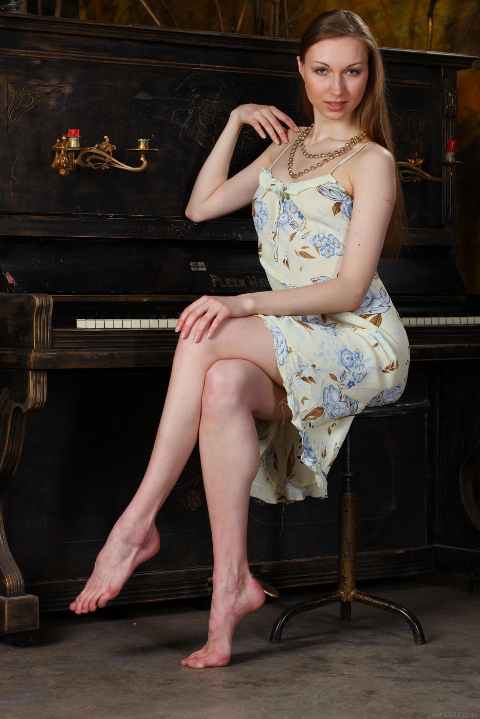 Стильная девочка-подросток Annett A выглядит весьма сексуально, позируя с обнаженной грудью и писей