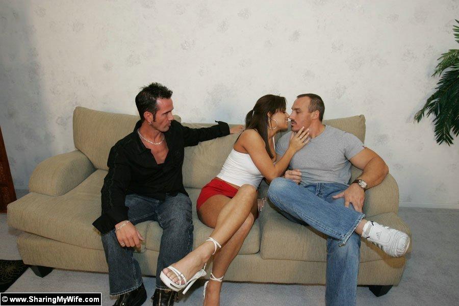 Жена изменяет на глазах у мужа с его секретуткой, он этого и добивался, ему нравится наблюдать за похотливым поведением супруги