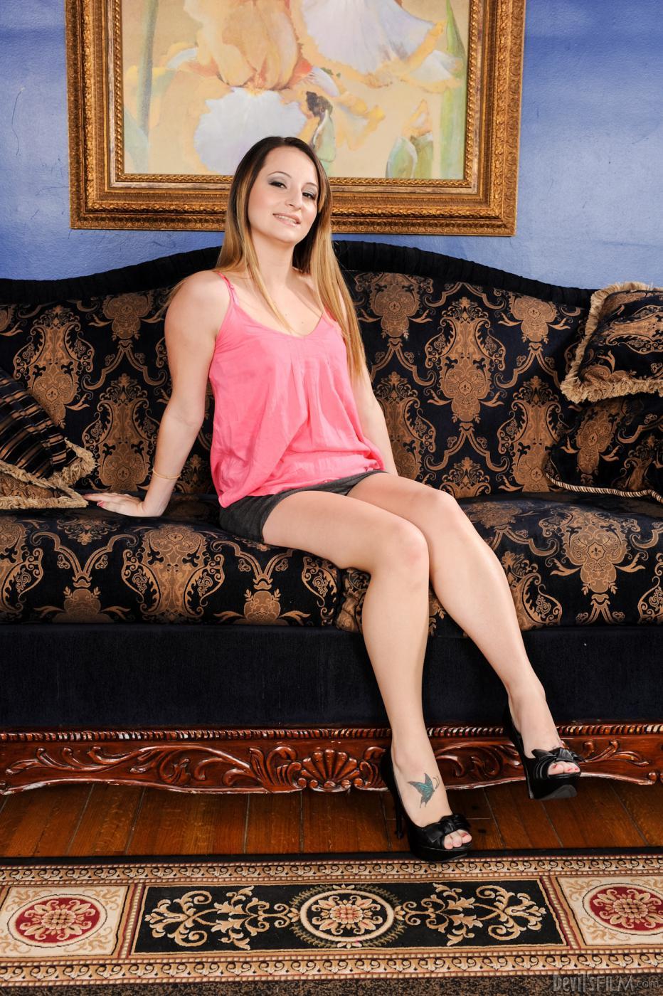 Красотка Missy Sweet снимает белье и широко растопыривает ножки