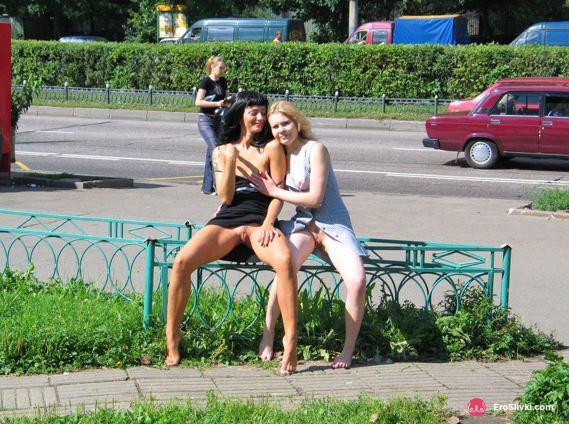 Раздетые русские лесби в городе удовлетворяют друг дружку